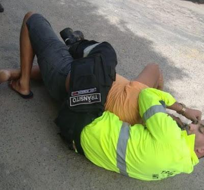 O servidor teve que imobilizar o condutor até a chegada de uma equipe policial.