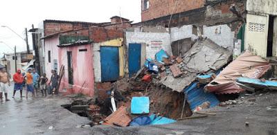 Duplex desaba após cratera se abrir durante chuva em Fortaleza