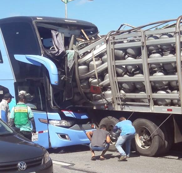 Motorista do caminhão de gás foi atingido enquanto organizava a sinalização no Km 4 da rodovia