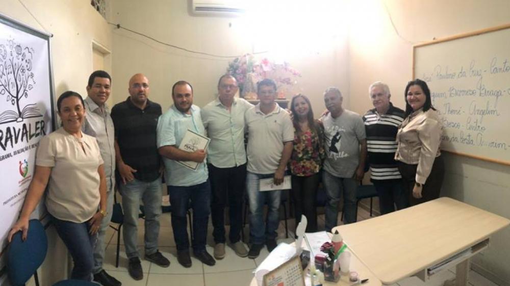 O prefeito José Hilson Paiva ao lado dos vereadores Barroso, Bahia, Stela, Cristiane, Erandir, Diego Barroso, Laeste e Batista