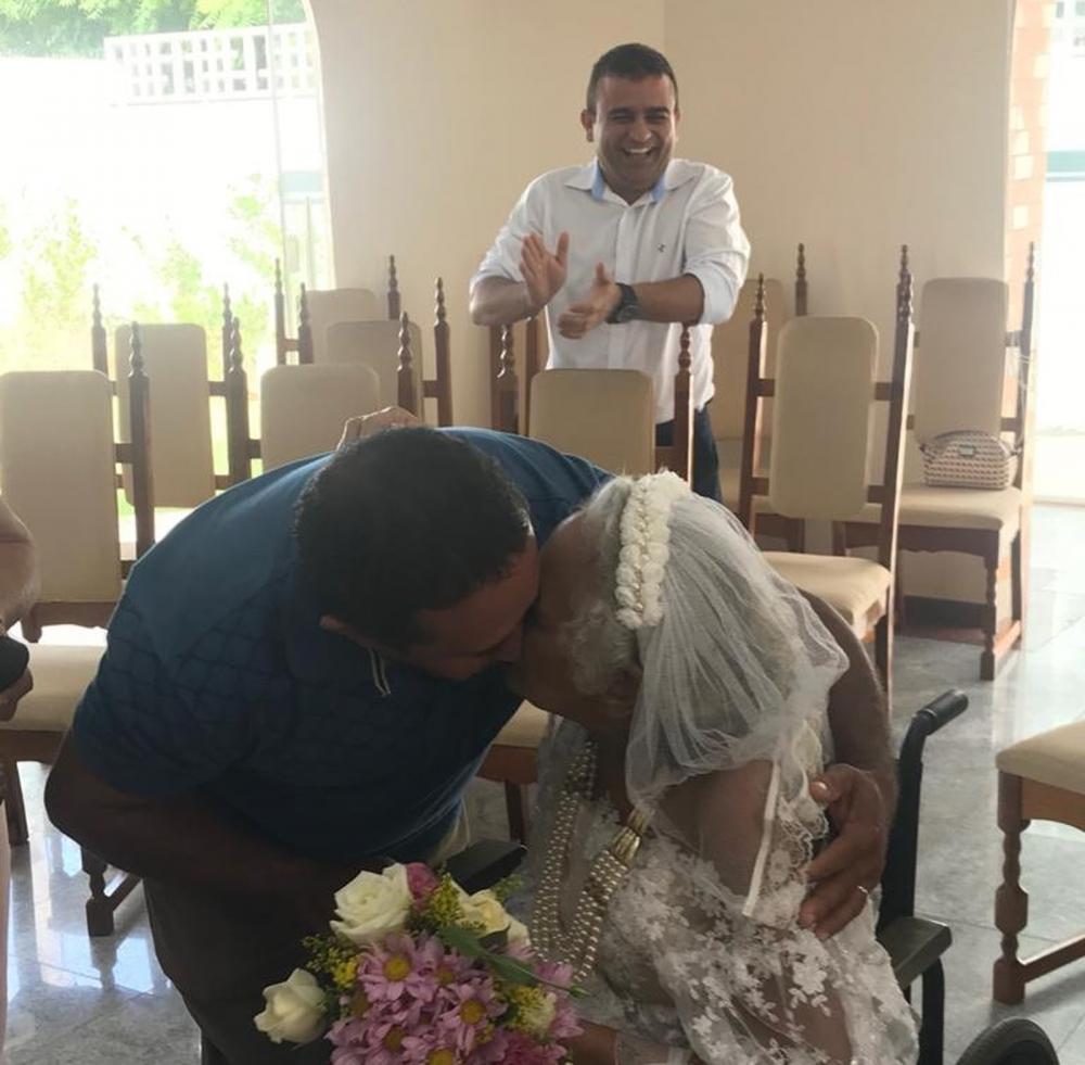 Idosos se casaram na capela do hospital de Barbalha, no Ceará. — Foto: Edson Freitas/SVM