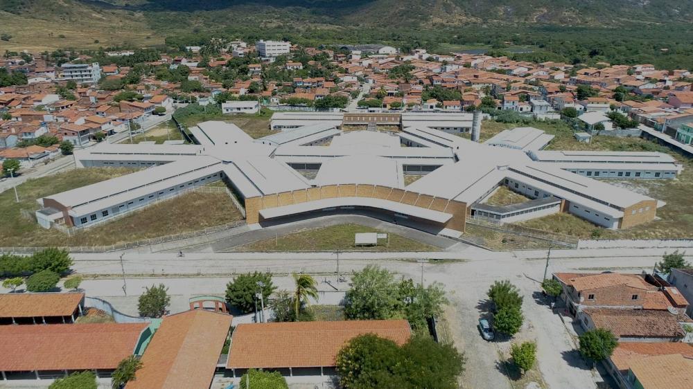 Hospital Regional de Itapipoca chama a atenção pelo tamanho e inutilidade. — Foto: Reprodução/TV Verdes Mares