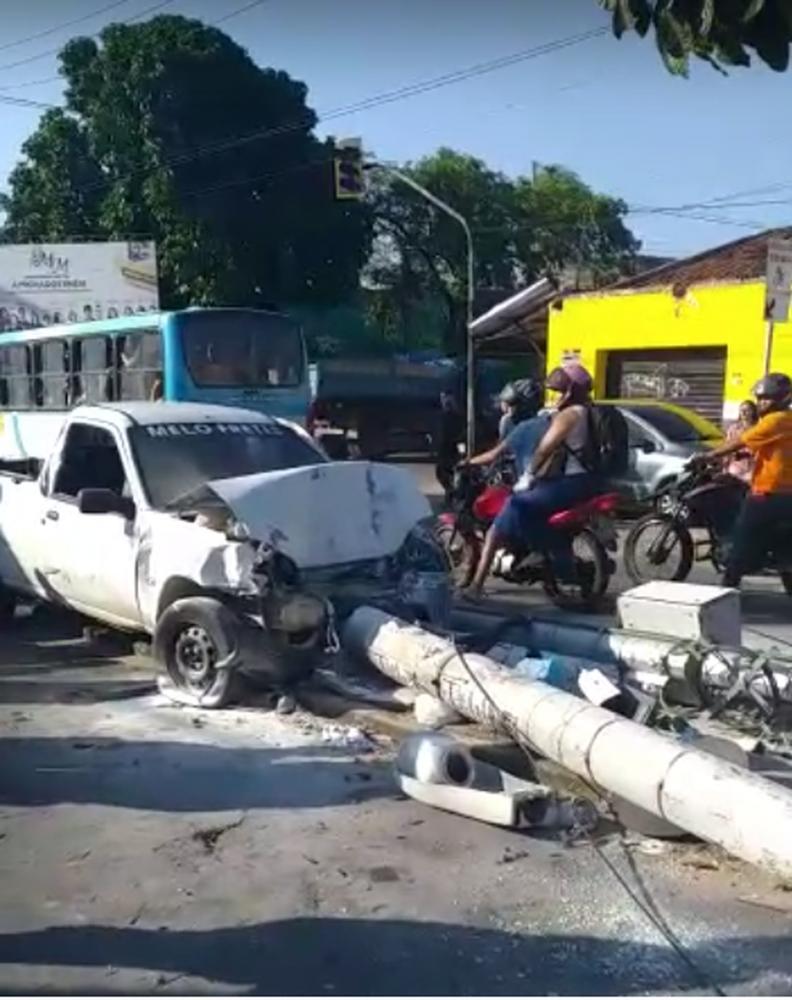 Acidente ocorreu em uma avenida bastante movimentada do Bairro Henrique Jorge, em Fortaleza — Foto: Reprodução/ VC Repórter