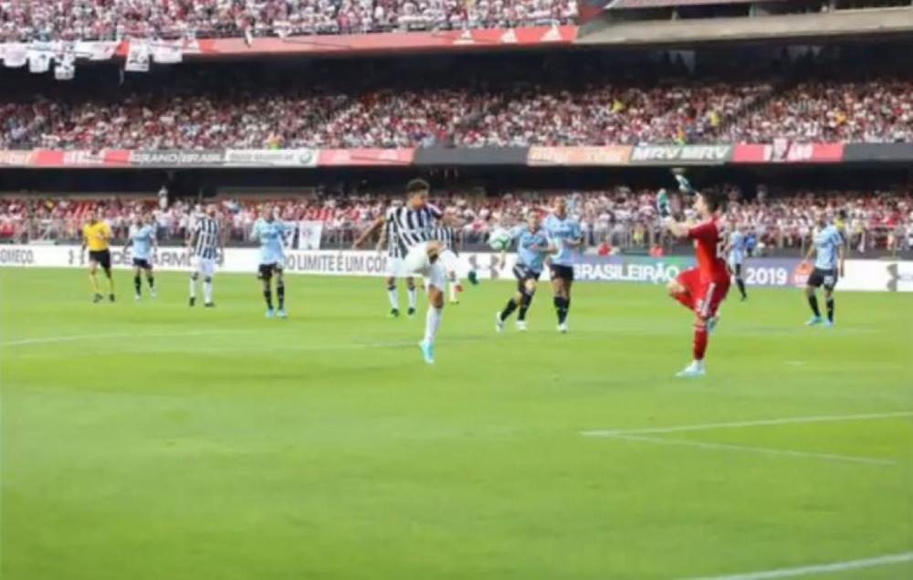 Felippe Cardoso foi derrubado por Thiago Volpi, mas árbitro não marcou pênalti(Foto: REPRODUÇÃO/TWITTER/CEARASC)