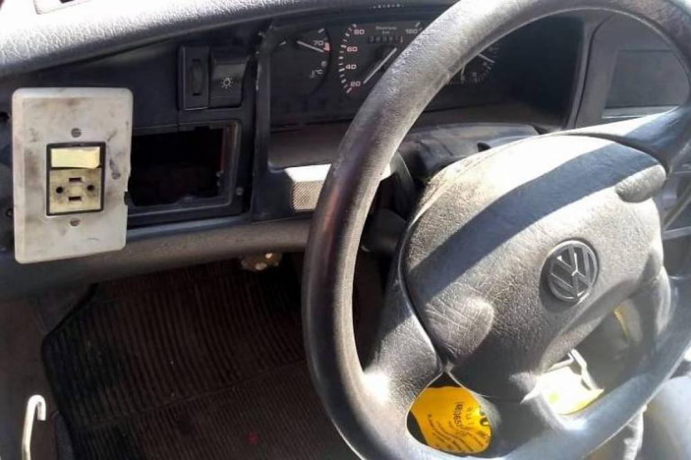 O veículo utilizava uma tomada doméstica no painel como interruptor de luz que acionava os faróis. (Foto: Divulgação/PRF)
