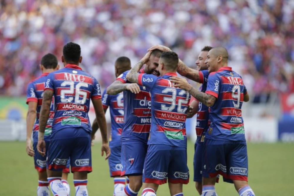 Quintero comemora gol com companheiros de equipe(Foto: AURÉLIO ALVES/O POVO)