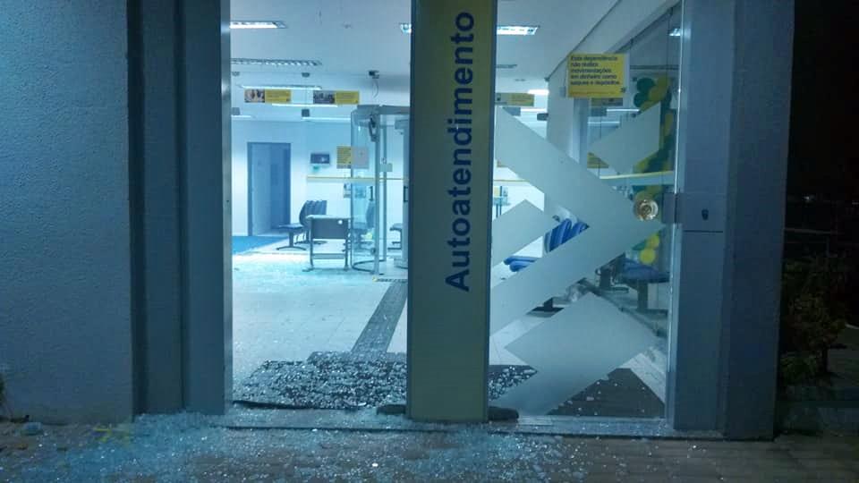 Portas da agência ficaram parcialmente destruídas após o ataque
