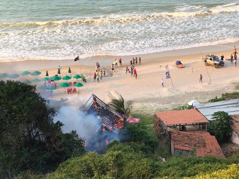 Incêndio em uma barraca da praia da Lagoinha. — Foto: Reprodução
