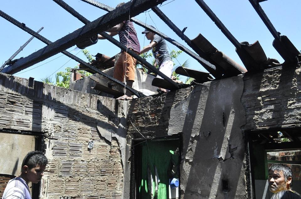 Tejuçuoca: Casa fica parcialmente destruída e duas pessoas feridas após botijão explodir