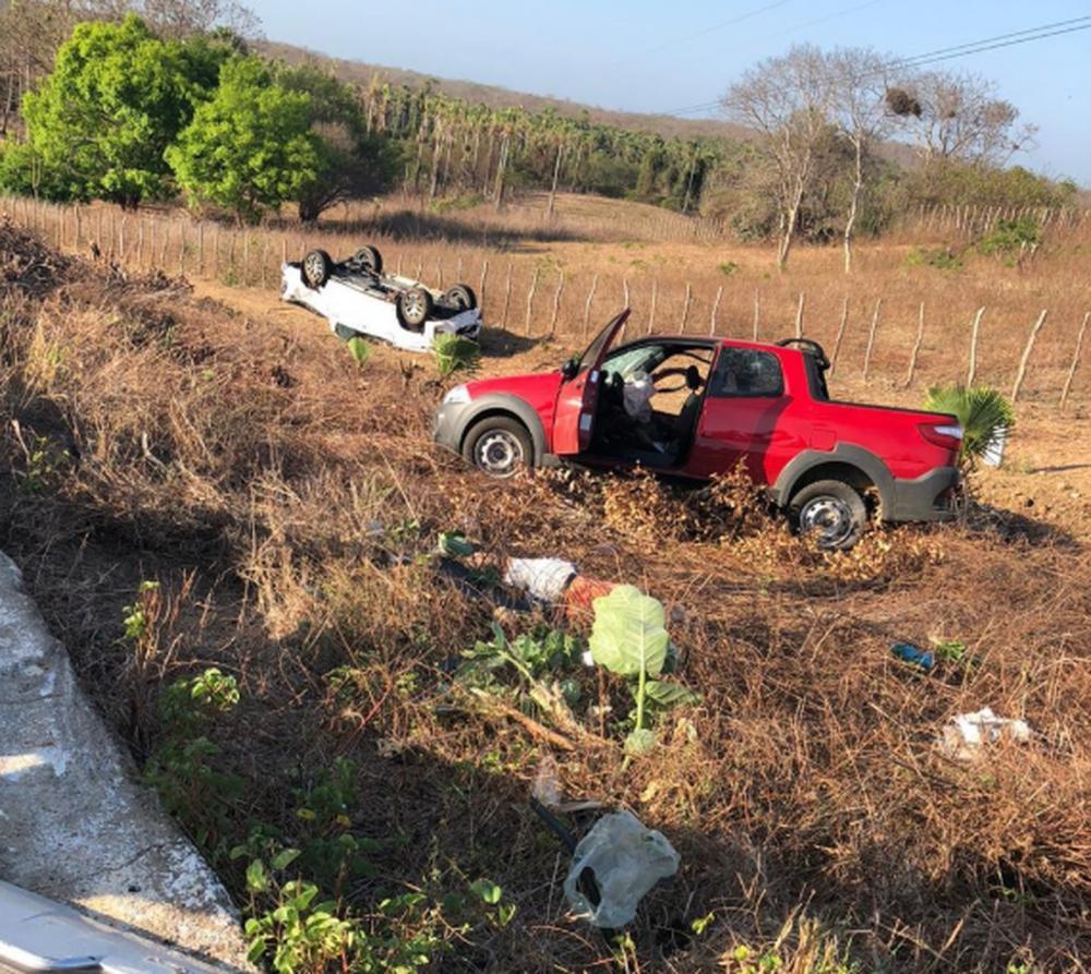 Com o impacto da batida, os dois veículos foram parar fora da rodovia — Foto: Mateus Ferreira/ Sistema Verdes Mares