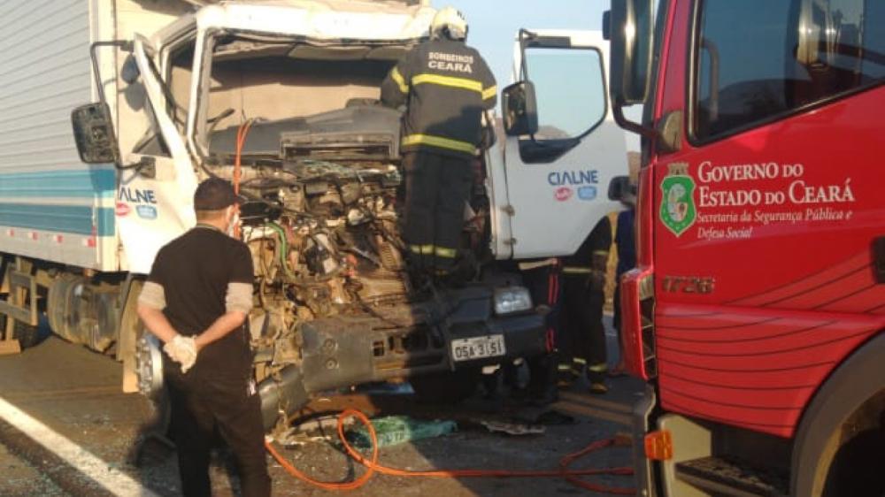 Colisão entre dois caminhões deixa motorista preso às ferragens na BR-222 em Irauçuba