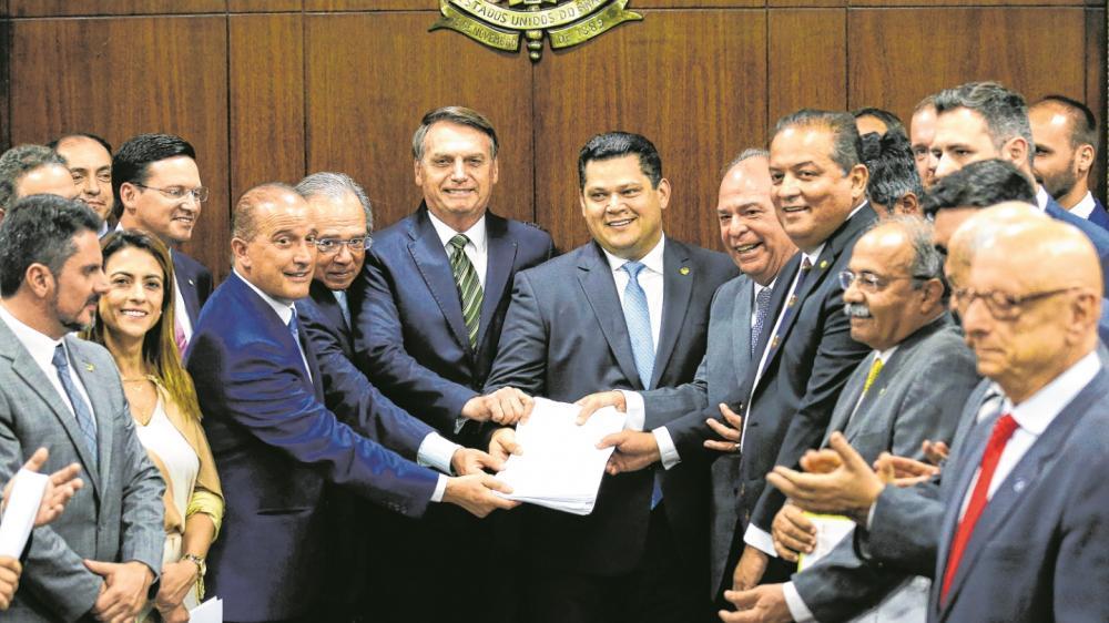 Jair Bolsonaro, Paulo Guedes, Onyx Lorenzoni entregam o pacote ao presidente do Congresso, Davi Alcolumbre Foto: Agência Brasil