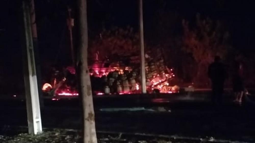 Várias explosões foram registradas enquanto o caminhão era consumido pelas chamas