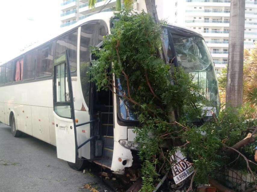 Ônibus que transportou estudantes de Paracuru para provas da Uece colide com árvore e poste