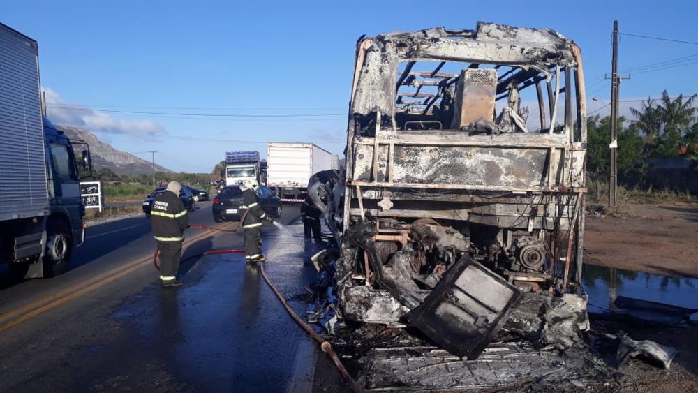 Bombeiros foram acionados para apagar as chamas em um ônibus na BR-222, em Caucaia, Região Metropolitana de Fortaleza. — Foto: Divulgação/PRF