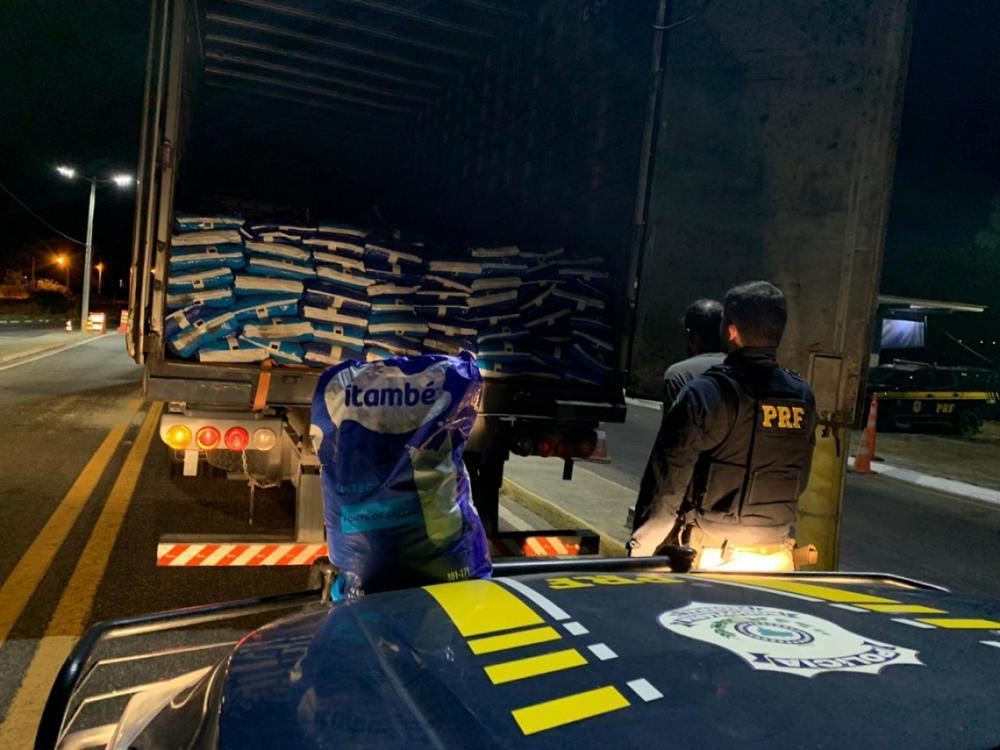 Por volta das 18 horas dessa segunda, 18, no quilômetro 310 da BR-020, em Canindé, agentes da PRF abordaram um caminhão e verificaram 14 toneladas de leite em pó roubado. (Foto: Divulgação/PRF)