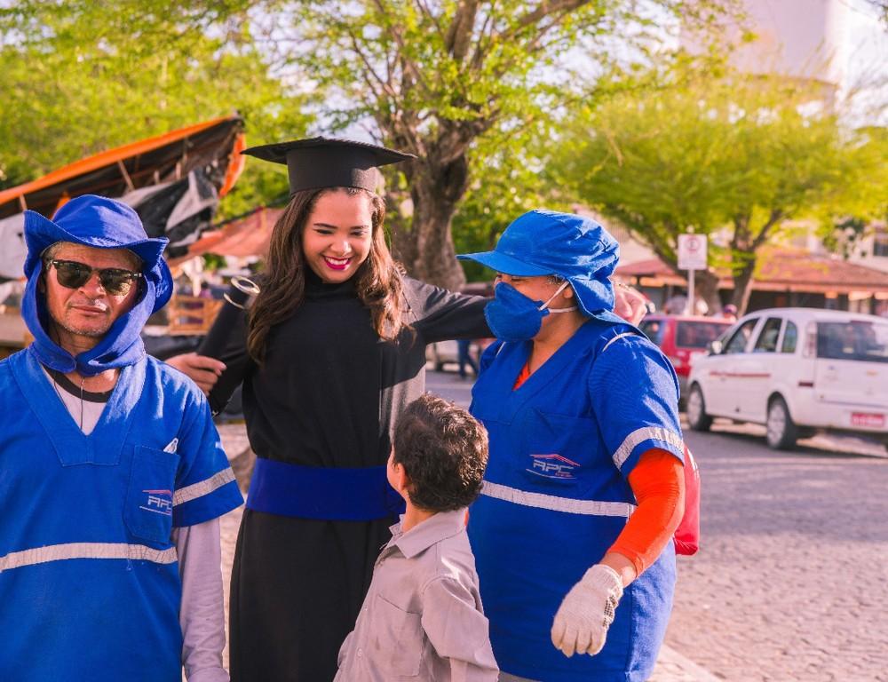 Filha de garis homenageia pais em ensaio fotográfico de formatura em Quixadá