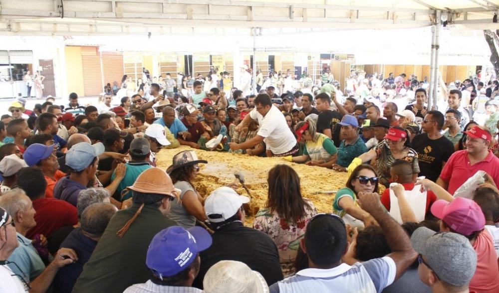 Na edição deste ano, o evento quebrou cerca de cinco toneladas de rapadura — Foto: Divulgação/ Geysa Teixeira