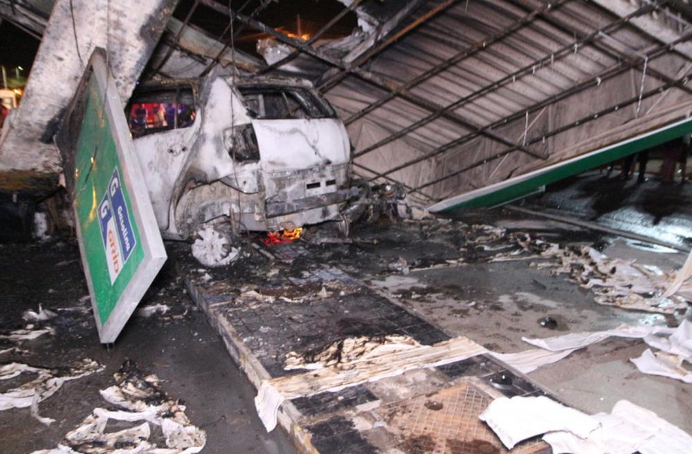 Automóvel invadiu o posto de combustível e ocasionou a destruição parcial do estabelecimento. — Foto: Reprodução/Sistema Verdes Mares
