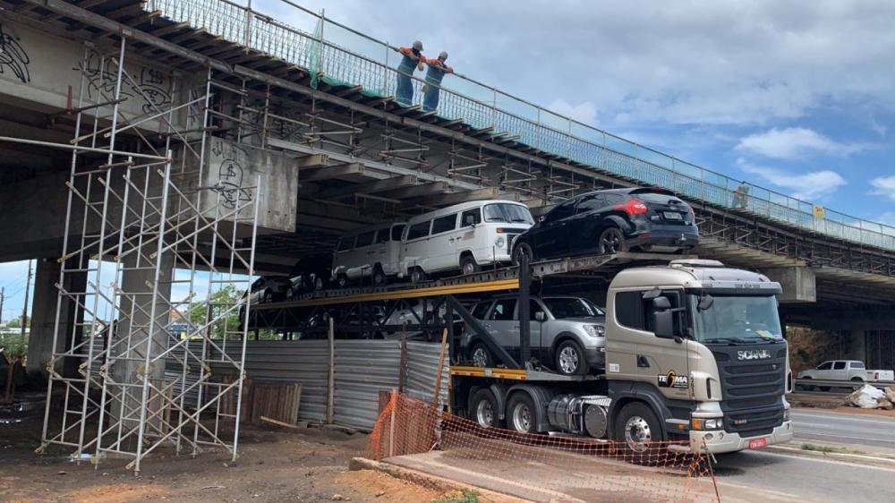 Parte da BR-116 ficou interditada após um caminhão-cegonha ficar preso em um viaduto no Bairro Aerolândia.