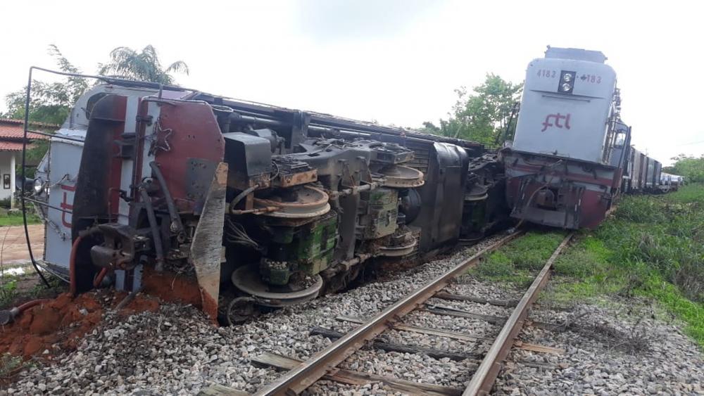 Vagão de trem descarrilha e tomba em Itapipoca