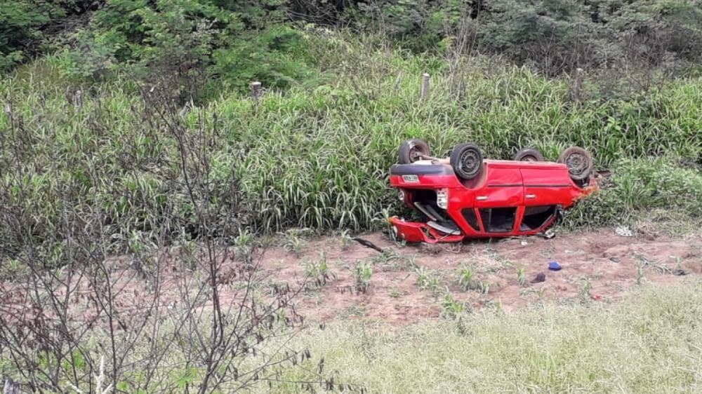 Uma pessoa morre e três ficam feridas após carro capotar em rodovia de Milagres.
