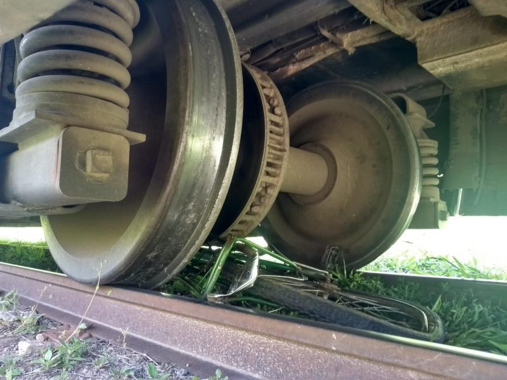 Bicicleta da vítima ficou debaixo do veículo em Juazeiro do Norte, no Ceará. — Foto: PH Rodrigues/SVM