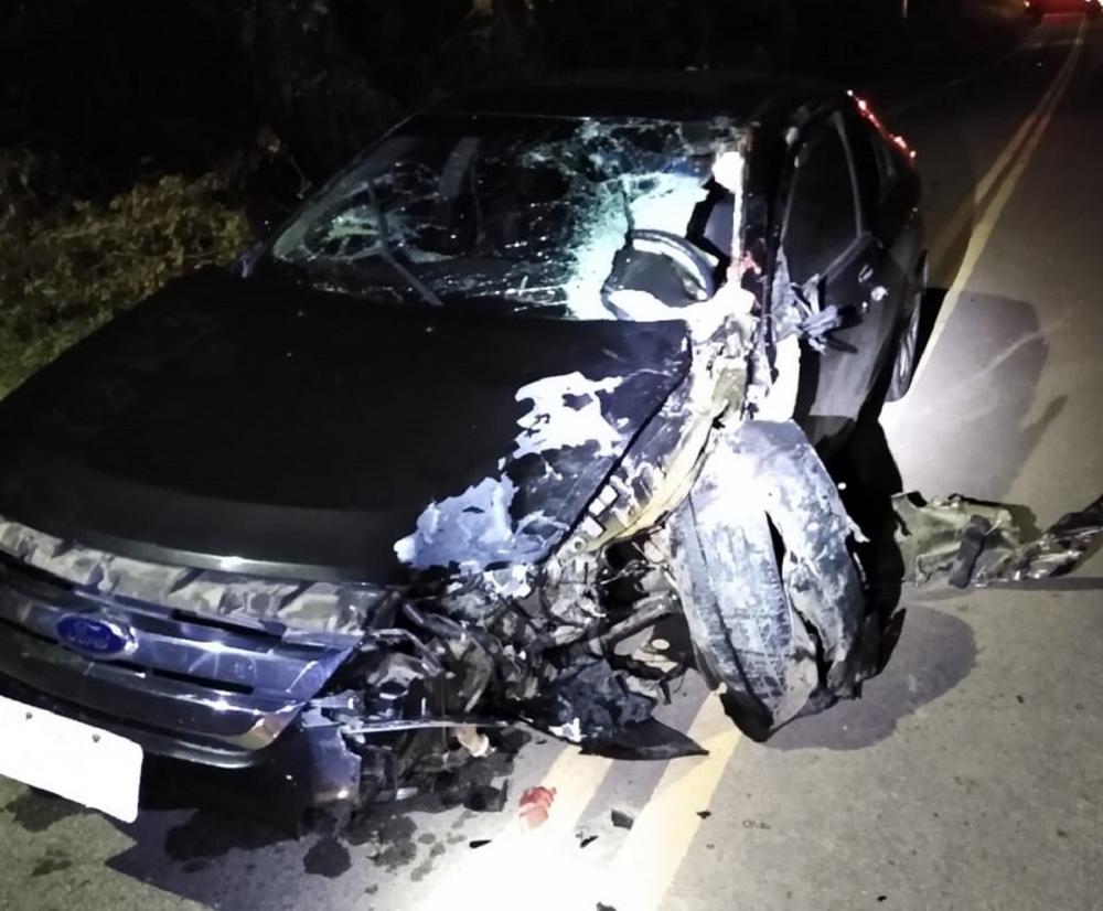 Automóvel ficou parcialmente destruído após a colisão — Foto: Arquivo pessoal