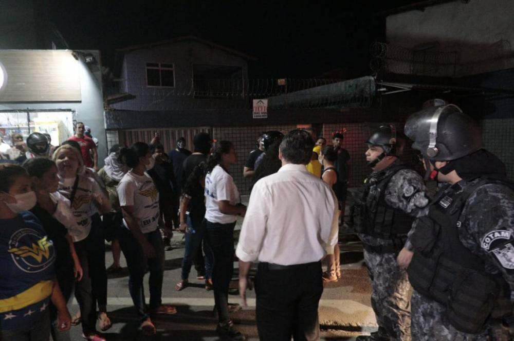 Policiais militares, bombeiros e familiares protestam no 18º Batalhão de Polícia Militar (BPM) contra reajuste salarial para a categoria (Foto: Júlio Caesar/O POVO)