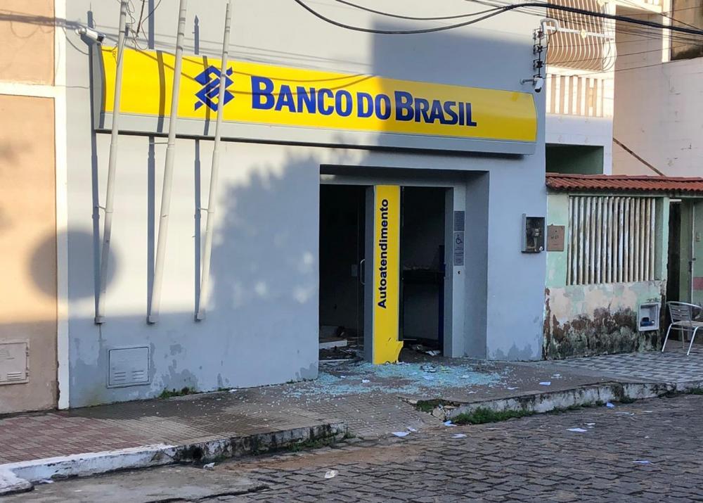 O ataque danificou parte da estrutura da agência bancária na cidade de Morrinhos, no Ceará — Foto: Mateus Ferreira