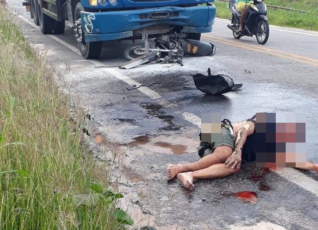 Homem sofre queimaduras após moto colidir com caminhão e pegar fogo na BR-402  em Itapipoca