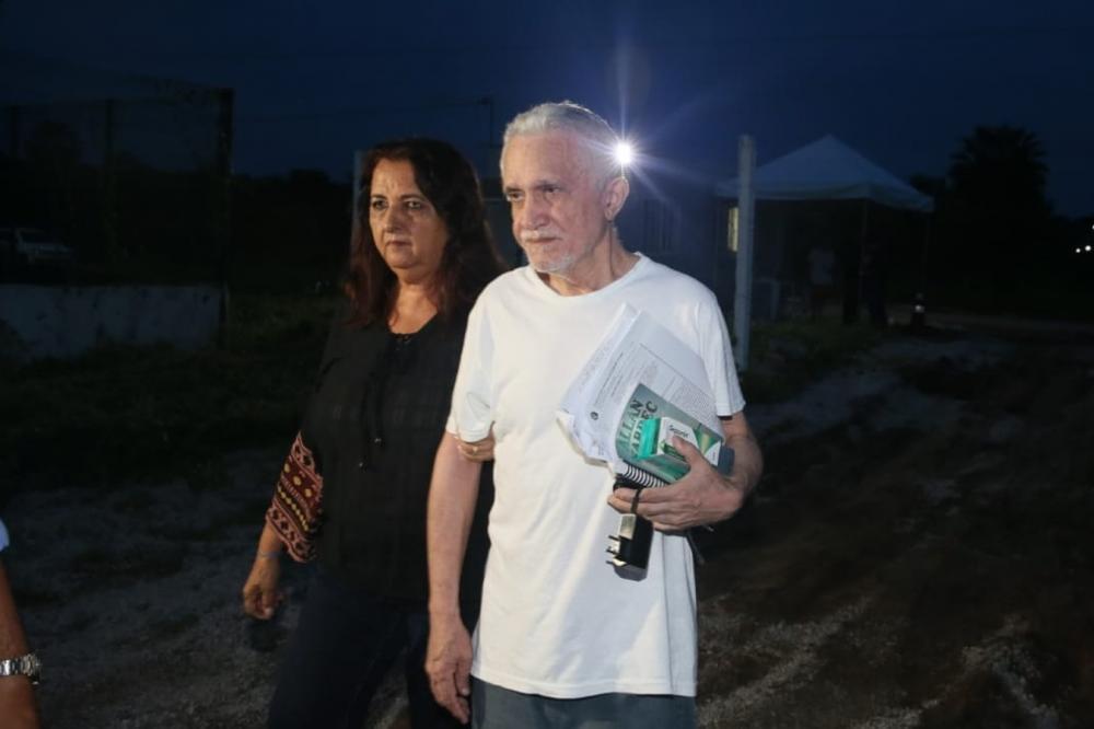 Prefeito de Uruburetama, que também é médico, deixa presídio ao lado da mulher; ele é acusado de estuprar pacientes durante atendimento — Foto: Kid Júnior/SVM