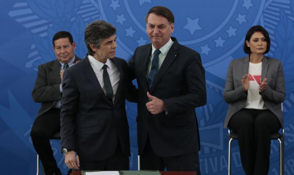Bolsonaro dá posse ao novo ministro da Saúde