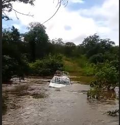 Carro da Enel atola na correnteza do rio Caxitoré em Irauçuba