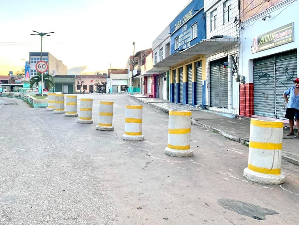 Prefeitura de Umirim utiliza blocos de concreto para fechar principais acessos ao Centro da cidade