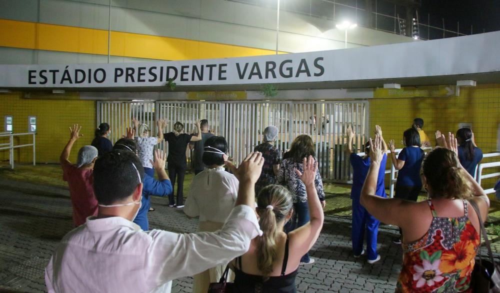 Ato ecumênico realizado em homenagem aos pacientes e profissionais de saúde no hospital de campanha instalado no Estádio Presidente Vargas, em Fortaleza. (Foto: Kaio Machado/PMF)