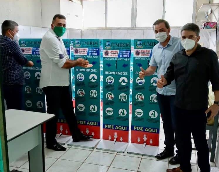Foto: Prefeito Felipe Uchoa (ao centro) anunciando a chegada dos equipamento