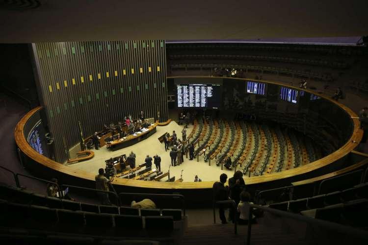 Câmara aprova, em dois turnos, PEC que adia eleições para novembro