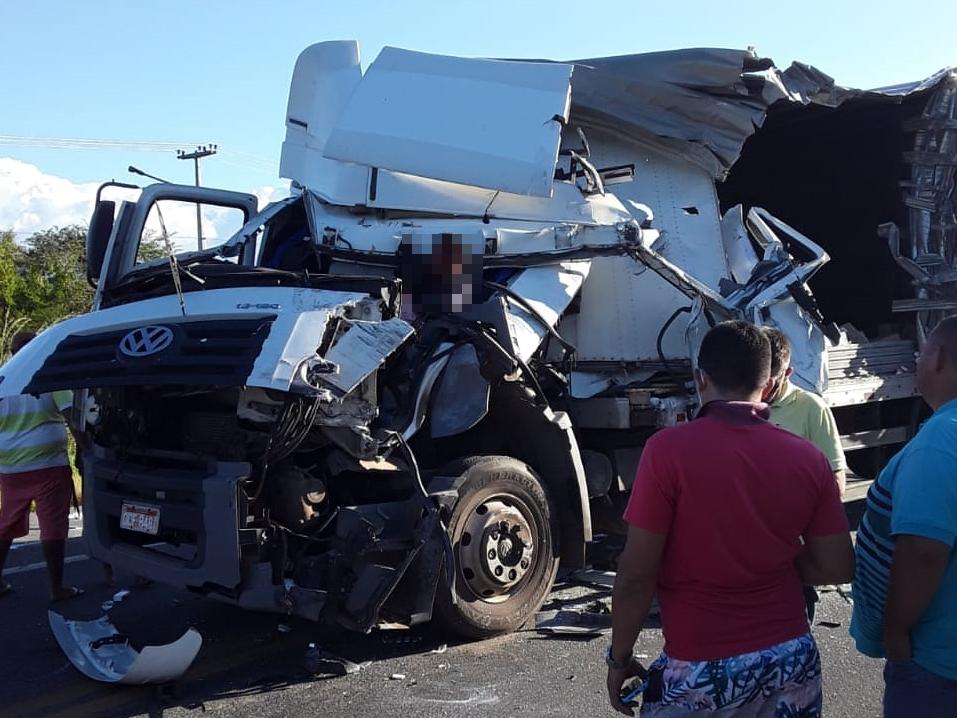 Grave acidente entre caminhões deixa motorista ferido na BR-222 em São Luís do Curu