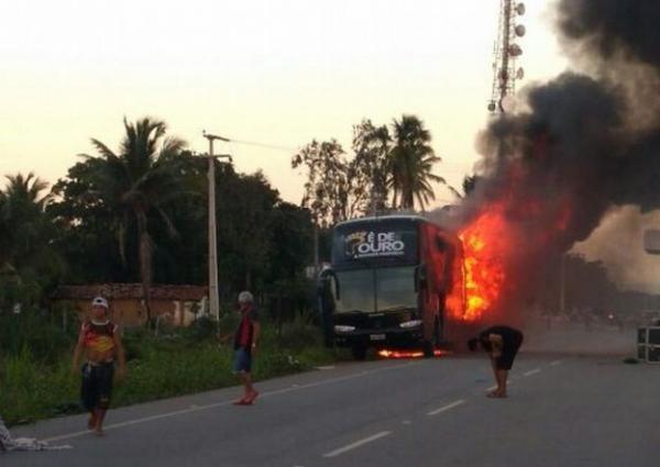 Ônibus da banda Pé de Ouro pega fogo em Paracuru